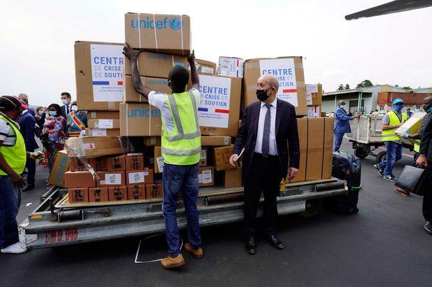 Mardi 9 Juin à Goma, Jean-Yves Le Drian assiste au déchargement du matériel affrété par la Cellule de crise du Quai d'Orsay pour les ONG qui opère dans l'Est de la RDC.