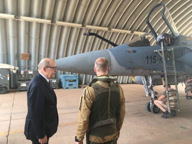 Après son vol, Jean-Yves Le Drian remercie le pilote du Mirage 2000 qui a escorté son Falcon jusqu'à Niamey, le