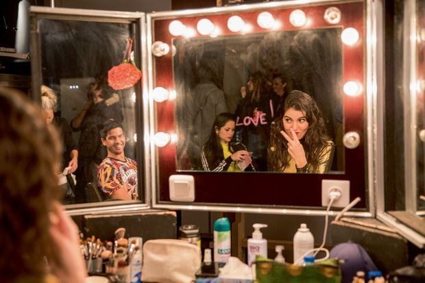 Le duo complice en salle de maquillage.