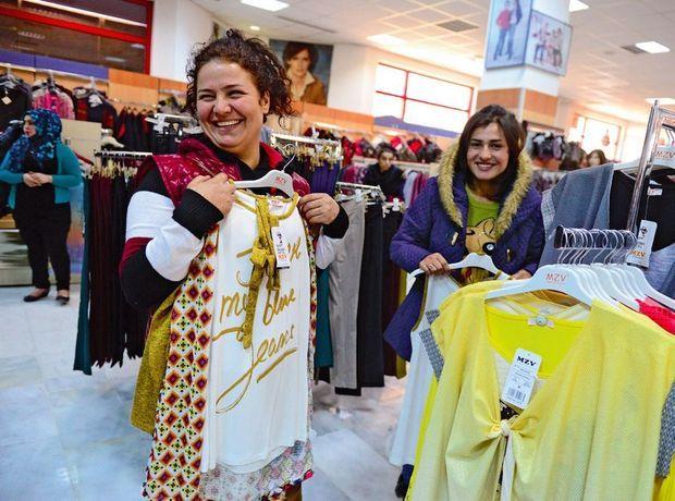 Le goût de vivre. Leïla et Siva, qui se sont rencontrées sur un marché aux esclaves, ont reçu 90 dollars pour s'acheter des vêtements à Dohuk, en Irak.