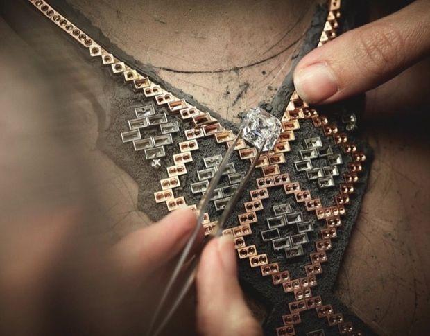 Le joaillier essaie la pierre de centre, un diamant taille Asscher de 10,41 carats.