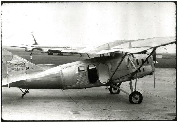 Le Laté 25 que Saint-Exupéry a piloté, et décrit dans « Vol de nuit » comme un avion pesant 5 tonnes et dont le capot est « lourd comme un chaland ».