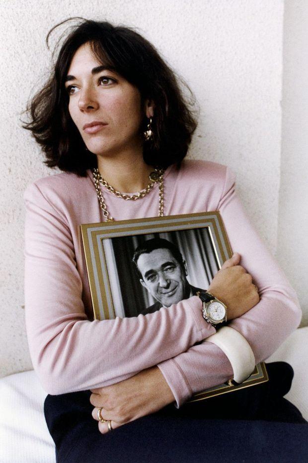 Le lendemain des funérailles, accrochée au portrait de son père.