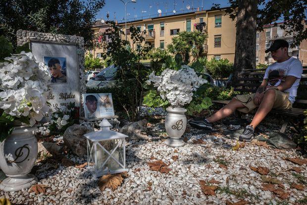 Le mausolée de David Bifolco, victime, à 16 ans, d'une bavure policière. Les tee-shirts à son effigie ont été financés par le gang du quartier.
