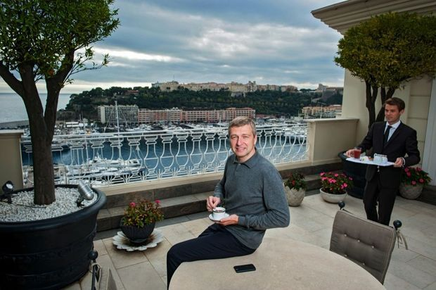 Le milliardaire chez lui en 2013 prend son petit déjeuner en terrasse.