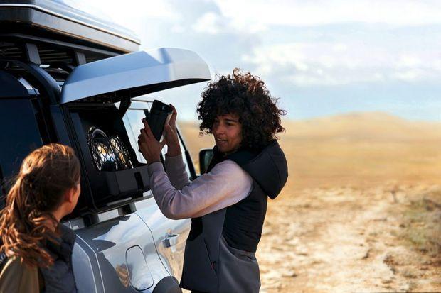 Parmi les 170 accessoires disponibles, le nouveau 4 x 4 Land Rover peut recevoir un coff re de rangement extérieur, à la fois pratique et accessible, mais qui altère la rétrovision.