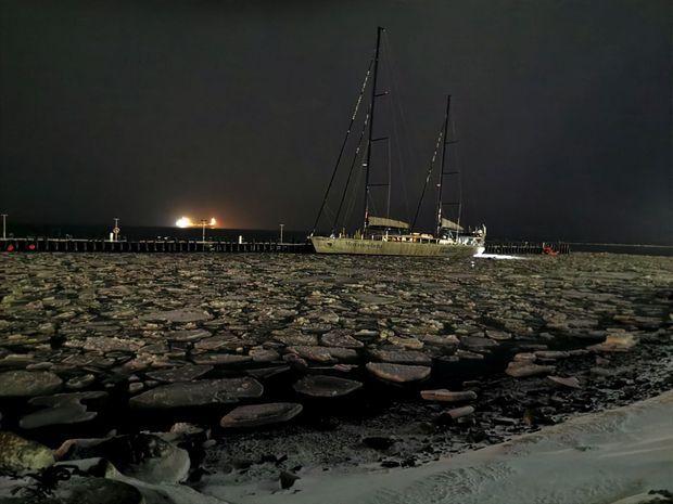 Le « Pangaea », le voilier de Mike Horn, dans l'archipel du Svalbard. La nuit polaire y règne de fin octobre jusqu'au mois de février.