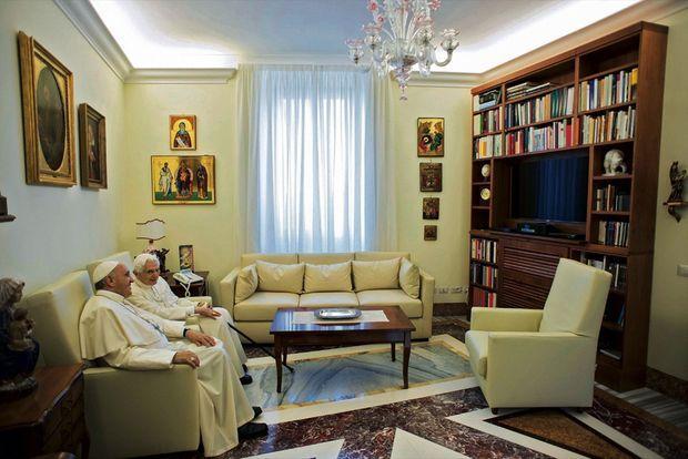 Le pape émérite reçoit le pape François chez lui, au Vatican. Respect mutuel et profonde complicité les unissent : une relation unique dans l'histoire de l'Eglise.