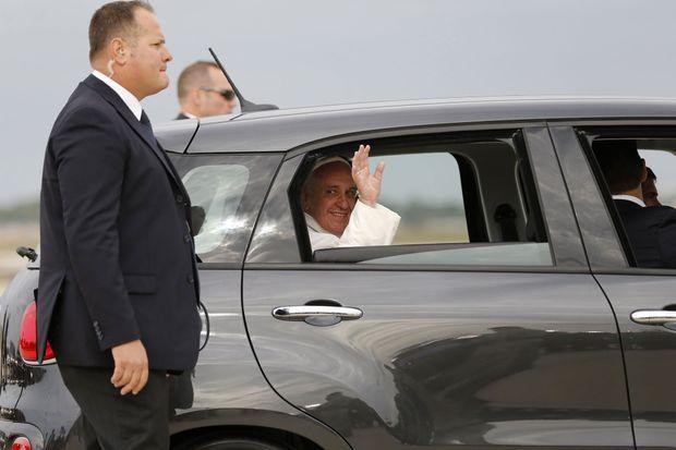Le pape François à bord de sa petite Fiat 500