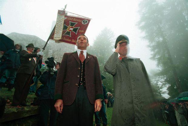 Le père des populistes. Jörg Haider (boutons dorés) aux rencontres d'Ulrichsberg, en 2000, des réunions de vétérans parmi lesquels d'anciens SS.