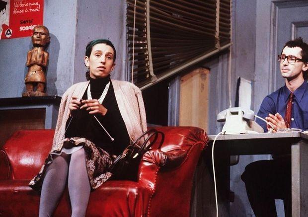 « Le Père Noël est une ordure » : Thérèse tricote « des gants à trois doigts pour les petits lépreux de Jakarta », avec Thierry Lhermitte, sur scène en 1980.