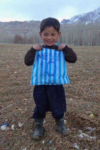Le petit Murtaza avec son maillot de fortune.