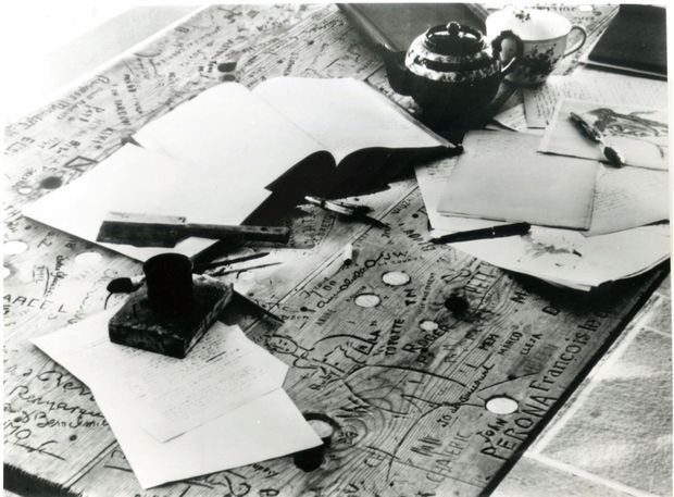 Le Petit Prince, gravé sur une table de l'atelier de son ami le peintre Bernard Lamotte, en 1947.