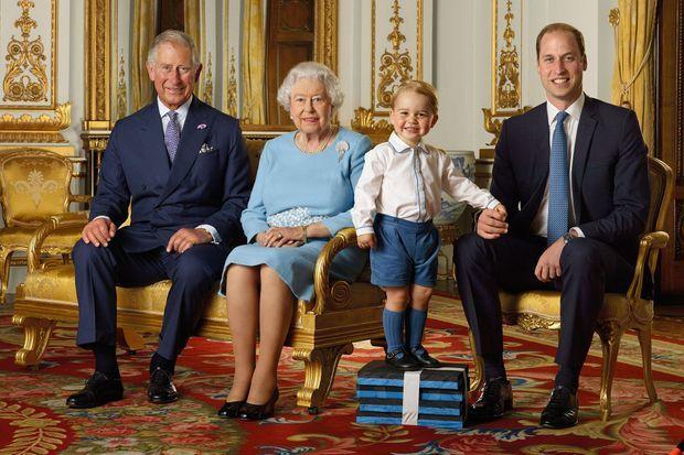 Le portrait d'Elizabeth II avec son fils, son petit-fils et son arrière-petit-fils pris en 2015.