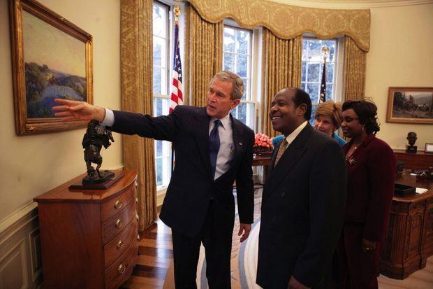 Le président George W. Bush et son épouse reçoivent le couple Rusesabagina dans le bureau Ovale en 2005.