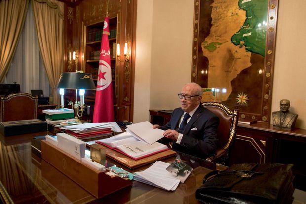Le président recevait Paris Match dans son bureau le 21 mars 2015. Derrière, à côté de la carte de la Tunisie, le buste de Bourguiba.