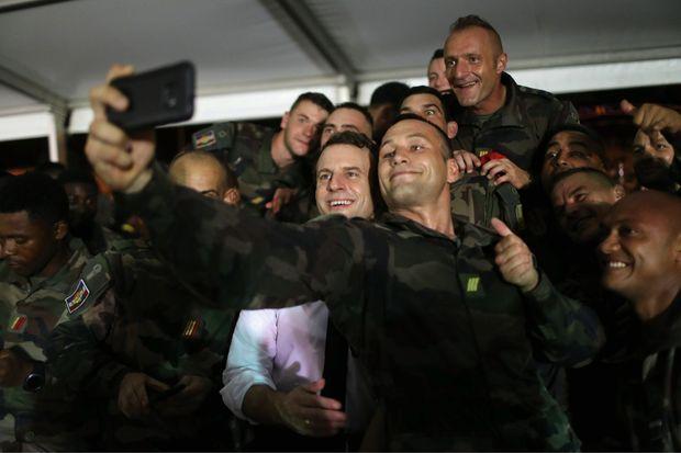 Le président, très à l'aise, se prête à une séance de selfies avec des soldats français.