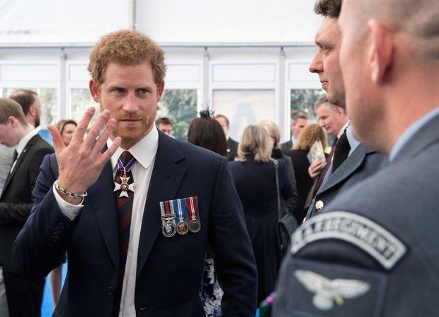 Le prince Harry le 9 mars lors d'une réception avec des gradés de l'armée britannique.