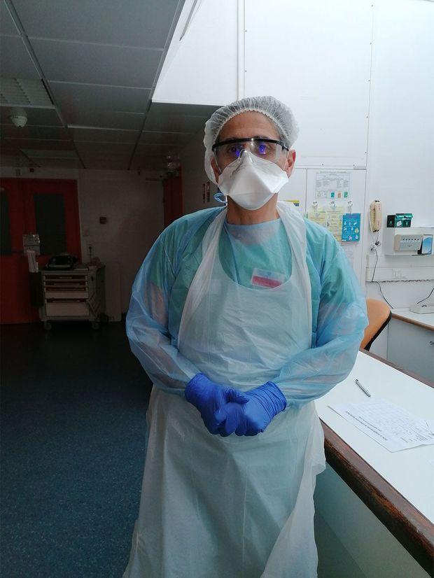 Le professeur Jean-Daniel Chiche en uniforme de réanimation.
