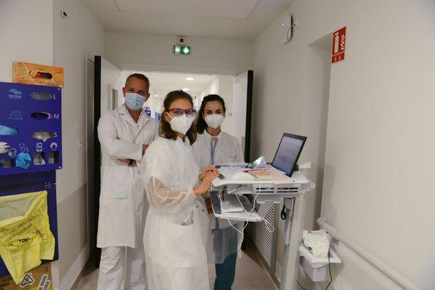 Le professeur Philippe Parola, chef du service des maladies infectieuses de l'institut, et deux internes.