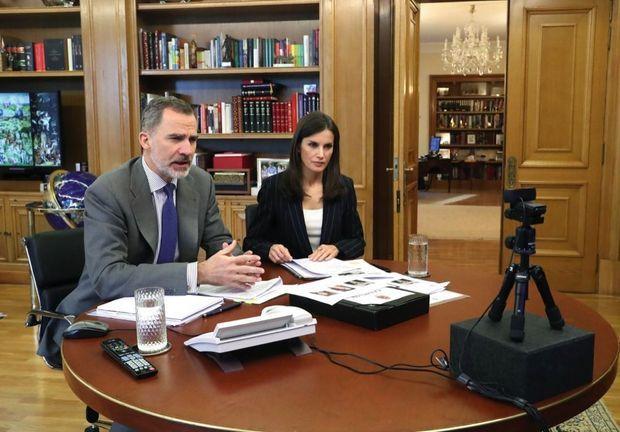 Le roi Felipe d'Espagne et la reine Letizia échangent par vidéo avec une association éducative depuis le palais de la Zarzuela, à Madrid, le 14 avril.