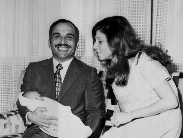 Le roi Hussein et la reine Alia avec leur fille Haya, née le 3 mai 1974.
