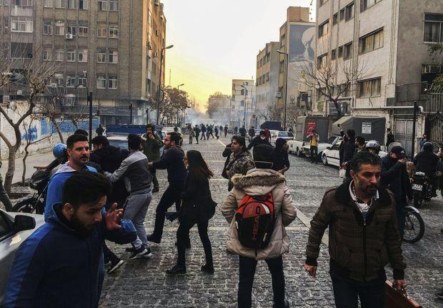 Le samedi 30 décembre, à Téhéran, la police antiémeute disperse les manifestants avec des gaz lacrymogènes.