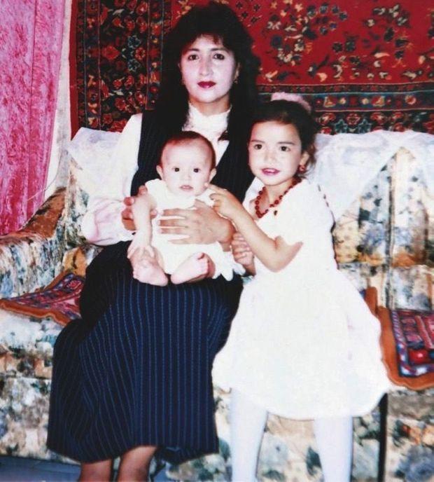 Le temps du bonheur à Karamay, ville du Xinjiang. Gulbahar avec ses filles Gulnigar et Gulhumar