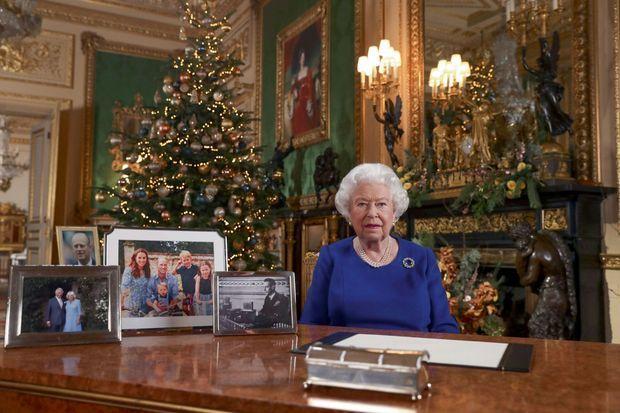 Le traditionnel discours de Noël, à Windsor. Sur le bureau de la Reine, aucune photo des Sussex.