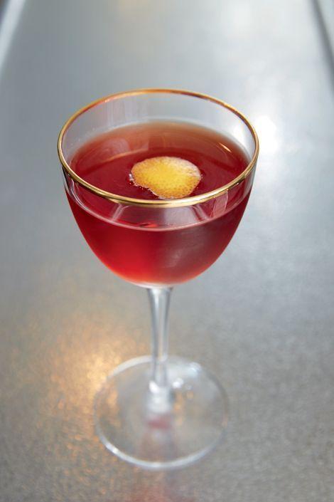 Le Tunnel, une réinterprétation du Negroni, qui mêle le gin au vermouth et au Campari. Un cocktail très frais et sec, jouant sur l'amertume avec une écorce de pamplemousse.