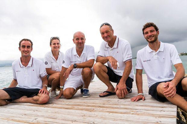 Le vainqueur et sa garde rapprochée, de g. à dr. : Antoine Blouet, Pauline Bellalin, Fabrice Thomazeau, Francis et son fils Corentin.