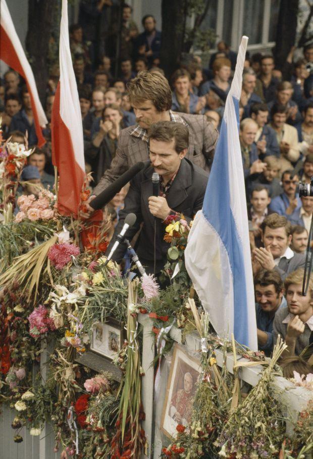 Lech Walesa célèbre la signature des accords de Gdańsk, le 31 août 1980.