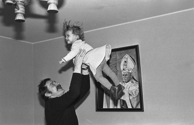 Lech Walesa chez lui avec sa fille, devant un portrait de Jean-Paul II, en novembre 1980.