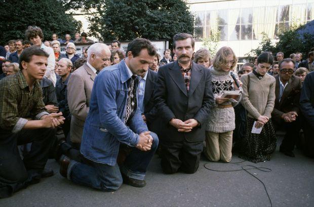 Lech Walesa priant, en août 1980.