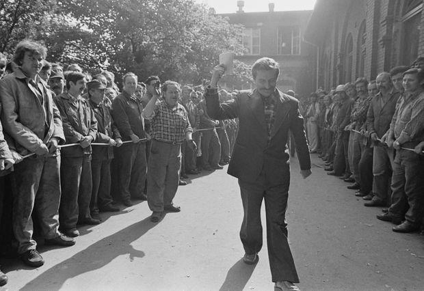 Lech Walesa célèbrant la signature des accords de Gdańsk, le 31 août 1980.