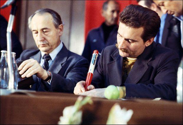 Lech Walesa signant les accords de Gdańsk, le 31 août 1980.