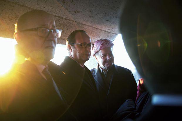 François Hollande entouré du ministre de la Défense et de Massoud Barzani, le président kurde.