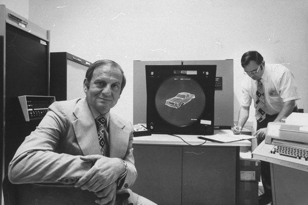 Lee Iacocca, président de Ford, dans un bureau d'études du constructeur, dans les années 1970.