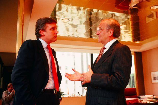 Donald Trump reçoit Lee Iacocca dans son bureau de la Trump Tower en 1987.