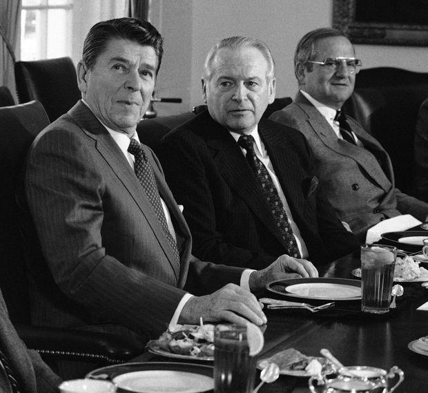 Lee Iacocca (à droite) avec le président Ronald Reagan et le président de Ford, Philip Caldwell, en décembre 1981.
