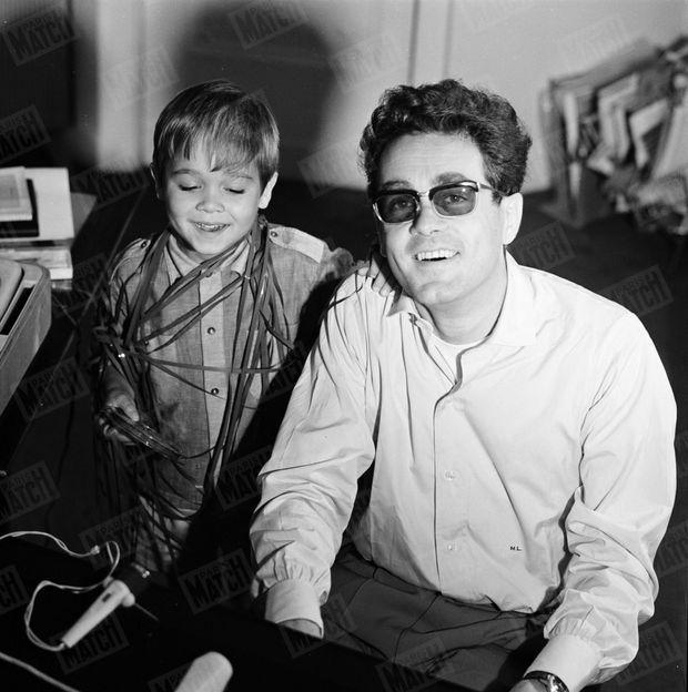« Son fils Hervé, 5 ans, apprend déjà le solfège et le piano. » - Paris Match n°809, 10 octobre 1964.