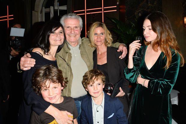 Claude Lelouch avec ses filles, Salomé et Sarah, et ses petits-enfants.