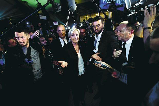 Marine Le Pen cernée par une forêt de micros et de caméras à Hénin-Beaumont, vers 22 h 30 le 23 avril.