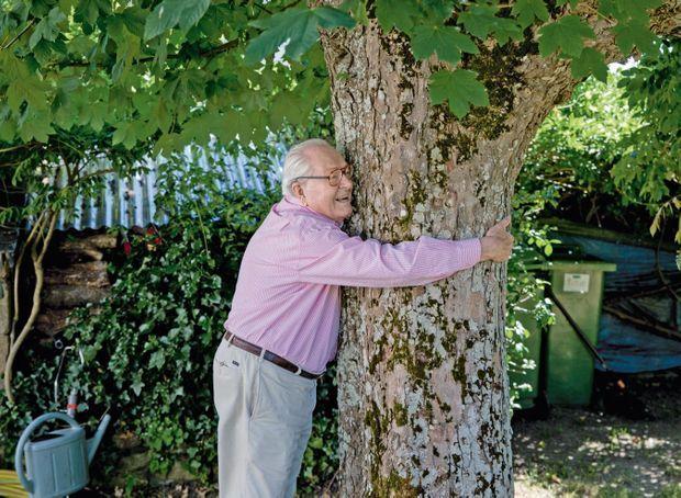 Avec son arbre fétiche, un érable faux platane, que son père a planté dans le jardin le jour de sa naissance, en 1928. Sa maison natale était un lieu de retrouvailles familiales.