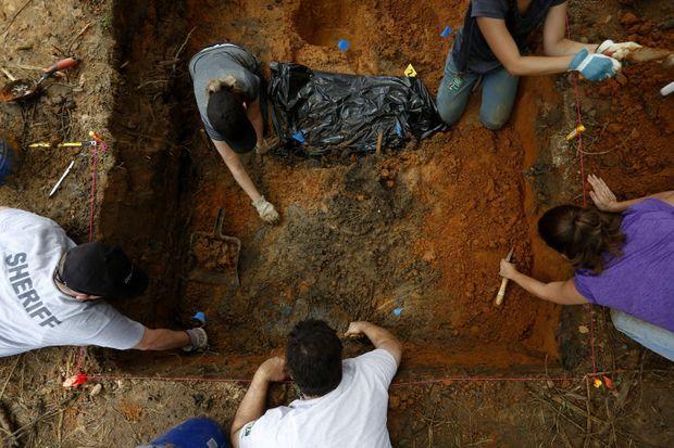 Les chercheurs travaillent sur les lieux où ont été enterrés les victimes.