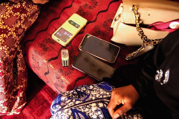 Les différents téléphones dont la jeune femme se sert pour négocier avec Boko Haram.