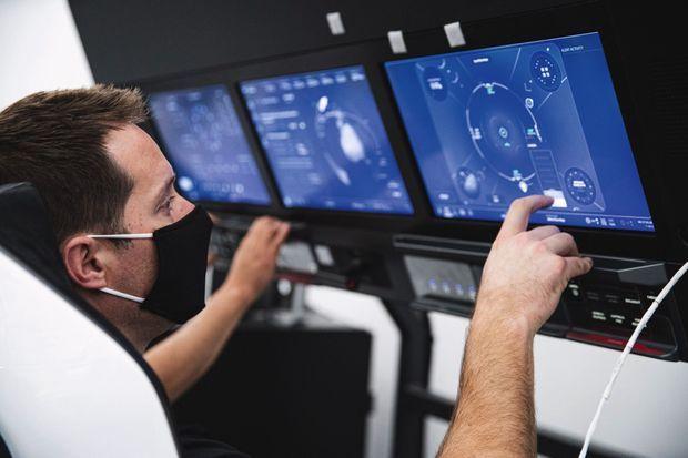 Les écrans tactiles de la capsule américaine Crew Dragon à bord de laquelle Thomas Pesquet quittera la Terre. Été 2020.