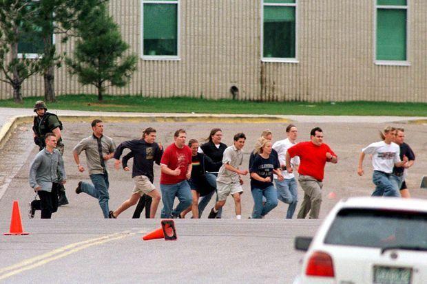 Les élèves évacués après la tuerie de Columbine.