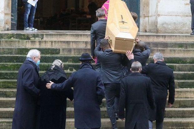 Les funérailles de Claude Brasseur le 29 décembre à l'église Saint-Roch, à Paris. A gauche, sa femme, Michèle, et son fils, Alexandre.