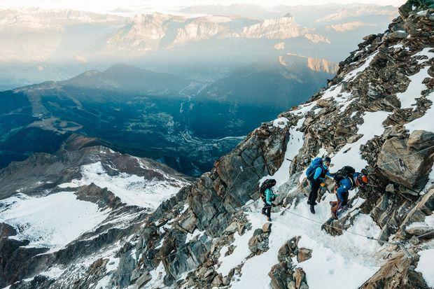 Les groupes étaient séparés en cordées durant l'ascension.